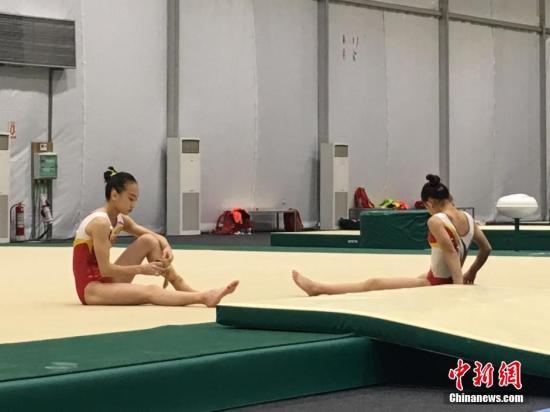 """当地时间8月2日,中国女子体操队队员在里约进行训练。中国体操""""小花""""们的训练有条不紊展开。记者 张素 摄"""
