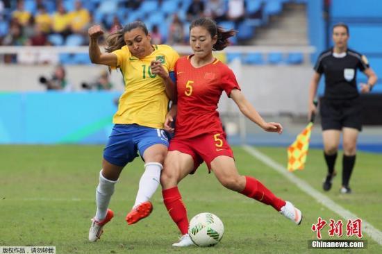 国家女足队员吴海燕与巴西队队员玛塔停止剧烈拼抢。