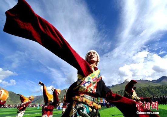 """资料图:西藏自治区那曲地区嘉黎县第四届拉日旅游文化赛马艺术节在嘉黎县开幕。西藏那曲地区是西藏的北大门,有着""""江河源""""和""""中华水塔""""之美誉,是世界上最具生物多样性的地区之一。 李林 摄"""