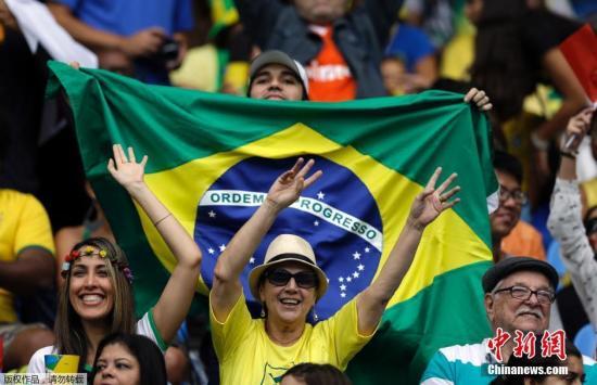 世界杯热潮临近 在家看球的巴西人开始囤啤酒了