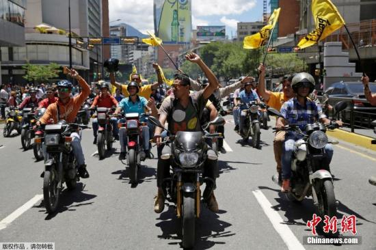 当地时间2016年8月4日,委内瑞拉加拉加斯,反政府抗议者骑摩托车集会,要求举行公投,罢免委内瑞拉总统马杜罗。