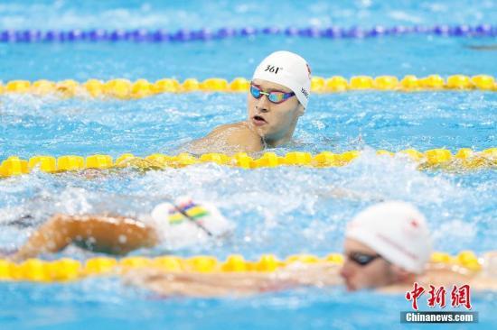 本地时刻8月4日,里约奥林匹克水上名目体育馆,国家泅水选手孙杨在泳池内停止赛前锻炼。中新网记者 盛佳鹏 摄
