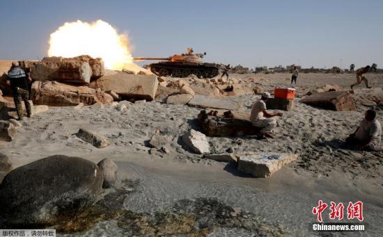 """资料图:利比亚安全部队T-55坦克向""""伊斯兰国""""极端武装开炮。"""