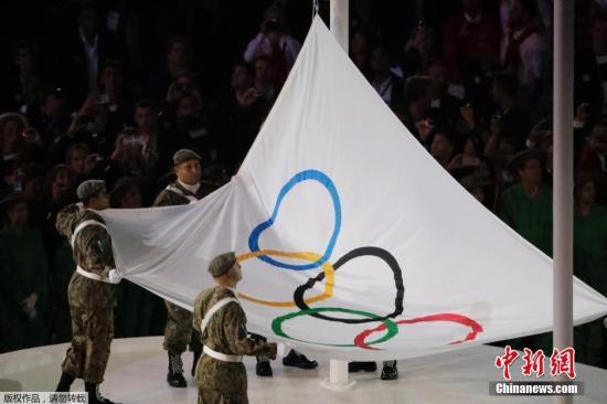 当地时间8月5日晚8时,2016里约奥运会开幕式在里约热内卢马拉卡纳体育场举行,现场升起五环旗。