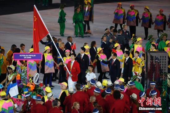本地时刻8月5日晚8时,2016里约奥运会揭幕式在里约热内卢马拉卡纳运动场举办,国家代表团进场。图为国家代表团进场,雷声负责旗头。中新网记者 盛佳鹏 摄