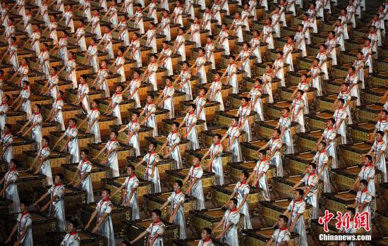 """资料图:2008名鼓手一边击缶,一边吟诗。中国的""""博""""与""""大""""被展示得淋漓尽致。"""