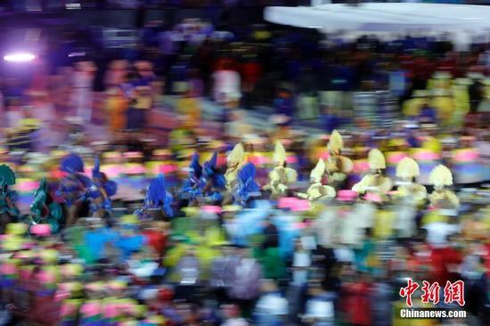 当地时间8月5日晚8时,2016里约奥运会开幕式在里约热内卢马拉卡纳体育场举行。图为开幕式上的表演。记者 盛佳鹏 摄