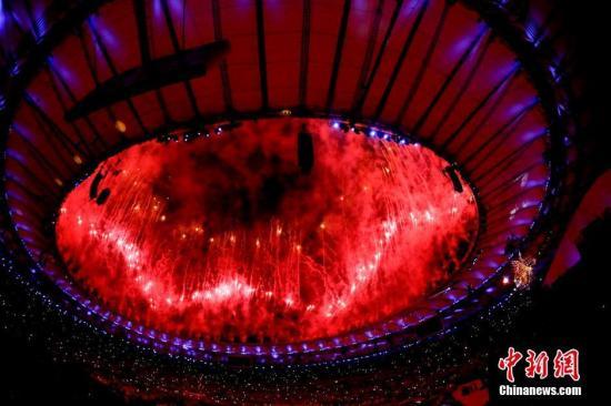 当地时间8月5日晚8时,2016里约奥运会开幕式在里约热内卢马拉卡纳体育场燃放焰火。记者 杜洋 摄