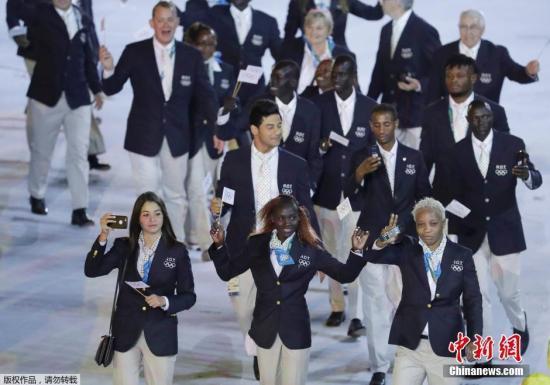 当地时间8月5日晚8时,2016里约奥运会开幕式在里约热内卢马拉卡纳体育场举行,难民代表团入场。