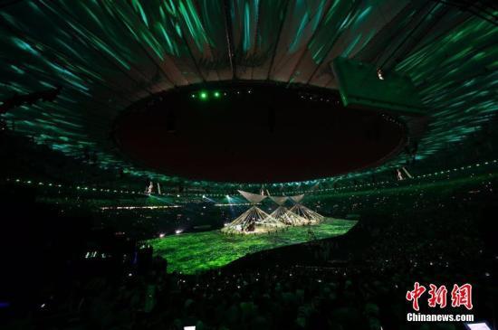 当地时间8月5日晚8时,2016里约奥运会开幕式在里约热内卢马拉卡纳体育场举行。图为开幕式现场表演。记者 盛佳鹏 摄