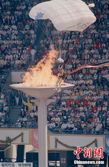 资料图:本届奥运会开幕式《手拉手》以其感人的歌词、亲切的旋律迅速风靡全世界,成为至今最成功的奥运会主题曲。