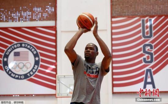 图为杜兰特练习投篮。