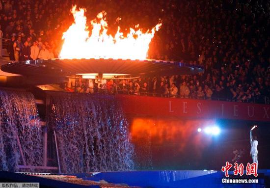 资料图:2000年的悉尼奥运会开幕式上,火炬手弗里曼浮出水面,并在水中点燃了主火炬塔。