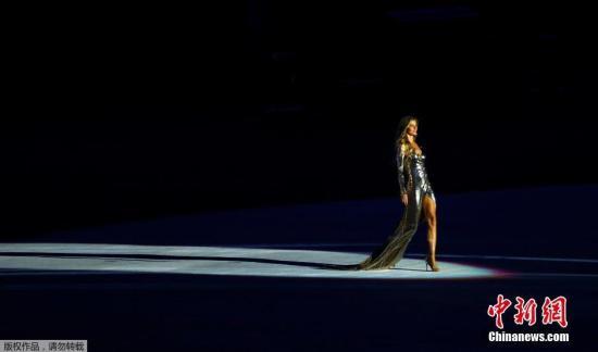 本地时刻8月5日晚8时,2016里约奥运会揭幕式在里约热内卢马拉卡纳运动场举办。 图为超模吉赛尔邦辰揭幕式走秀。