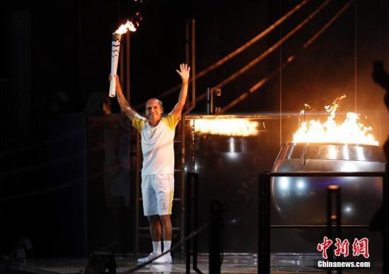 当地时间8月5日晚8时,2016里约奥运会开幕式在里约热内卢马拉卡纳体育场举行,利马点燃奥运圣火。记者 杜洋 摄