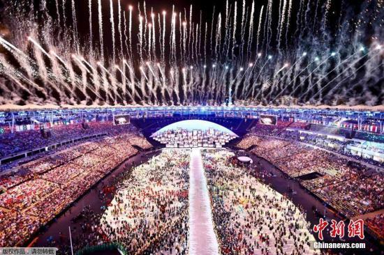 本地时刻8月5日,2016里约奥运会揭幕式在马拉卡纳运动场举办。揭幕式现场上空烟花灿烂。