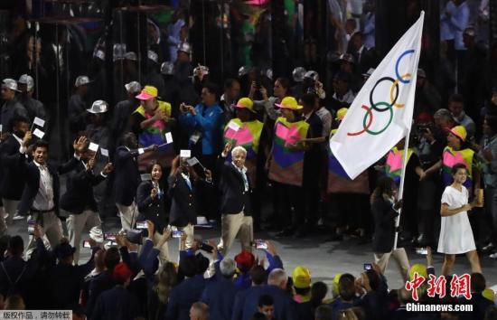 2016里约奥运会开幕式在里约热内卢马拉卡纳体育场举行,难民代表团入场。