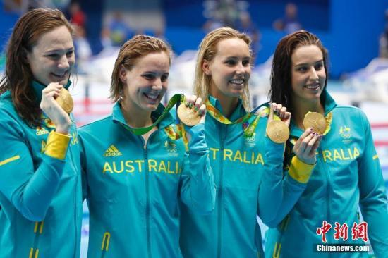 当地时间8月6日,在里约奥运会女子4X100米自由泳接力决赛中,澳大利亚队以3分30秒65夺得金牌,并且创造了新的世界纪录。中新网记者 富田 摄