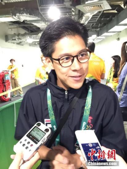 本地时刻8月6日,里约奥运男子重剑竞赛现场,国家香港男子重剑选手江�F�}体现出色,在一观察迟疑战的代表团长霍启刚也情绪大好。图为霍启刚承受记者采访。 中新网记者 卢岩 摄