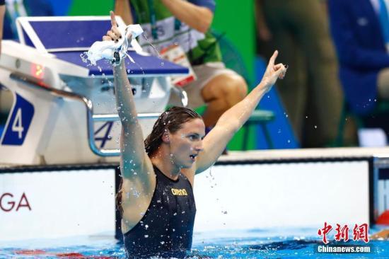 当地时间8月6日,在里约奥运会女子400米混合泳决赛中,匈牙利选手HOSSZU Katinka以4分26秒36夺得金牌,并且创造了新的世界纪录。中新网记者 富田 摄