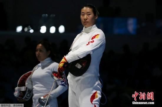 伦敦奥运会铜牌得主孙玉洁(右)发挥欠佳,以10-15被韩国选手康映美爆冷击败,无缘16强。