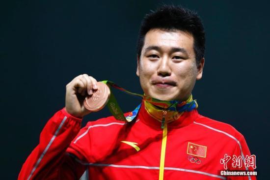 当地时间8月6日,里约奥运会男子10米气手枪决赛,中国选手庞伟以180.4环的成绩获得第三名,摘得一枚铜牌。记者 富田 摄
