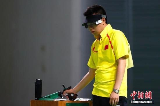 当地时间8月6日,里约奥运会男子10米气手枪决赛,中国选手庞伟以180.4环的成绩获得第三名,摘得一枚铜牌。中新网记者 富田 摄