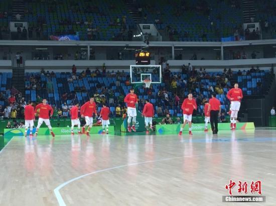 当地时间8月6日,巴西里约,2016里约奥运会男篮小组赛,中国队对阵美国队。图为赛前,中国队在进行热身。<a target='_blank' href='http://www.chinanews.com/' >中新网</a>记者 杜洋 摄