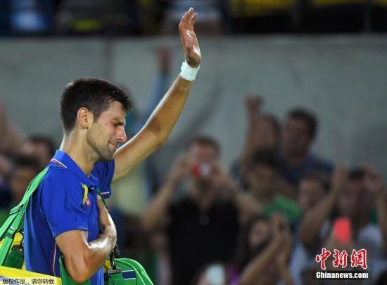 资料图:2016年8月7日,世界排名第一、塞尔维亚网球选手德约科维奇在奥运网球男单比赛中不敌阿根廷选手德尔波特罗,爆冷出局。作为此次奥运网球男单夺冠热门,德约科维奇发挥欠佳,以6-7(4)和6-7(2)的比分不敌德尔波特罗。这意味着小德若想斩获奥运金牌,还需再等4年。