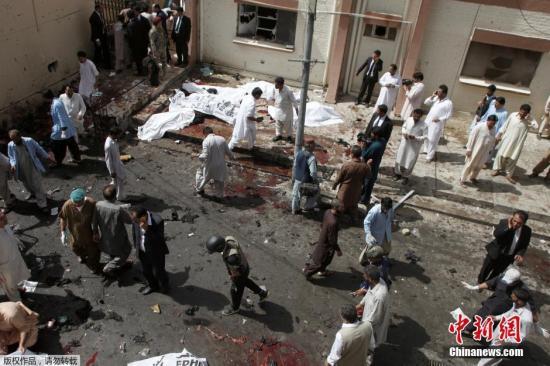 据美联社报道,当地时间8月8日上午,巴基斯坦西南部城市奎达一家医院遭炸弹袭击。巴基斯坦俾路支省卫生部长8日说,该起爆炸是一起自杀式炸弹袭击,目前已造成至少93人死亡。