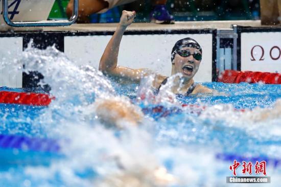 当地时间8月7日晚,在里约奥运会女子400米自由泳决赛中,来自美国的选手莱德基以3分56秒46摘得金牌,并打破该项目世界纪录。<a target='_blank' href='http://www.chinanews.com/' >中新网</a>记者 富田 摄