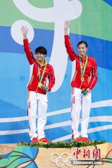 图为吴敏霞(右)和施廷懋站上领奖台。中新网记者 杜洋 摄