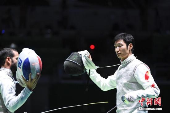 当地时间8月7日,里约奥运会男子花剑个人赛32强赛中,中国男子花剑选手雷声不敌法国选手,爆冷出局。记者 杜洋 摄