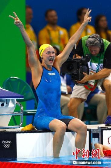 当地时间8月7日晚,在里约奥运会女子100米蝶泳决赛中,来自瑞典的选手舍斯特伦以55秒48摘得金牌。中新网记者 富田 摄
