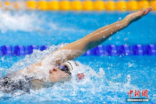 当地时间8月7日,里约奥运会女子100米仰泳半决赛中,傅园慧在比赛中。记者 富田 摄