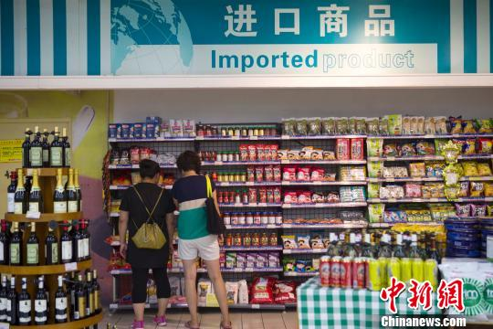山西太原,某超市琳琅满目的进口商品在供民众挑选。 张云 摄