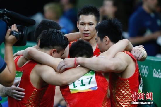 当地时间8月8日,2016里约奥运会男子体操团体决赛在里约奥林匹克体育馆进行,预赛第一的中国队决赛中未能延续好状态,最终收获一枚铜牌。日本队获得本届奥运会男团冠军,俄罗斯队获得亚军。图为中国男子体操队队员在和等待比赛结果。<a target='_blank' href='http://www.chinanews.com/' >中新网</a>记者 盛佳鹏 摄