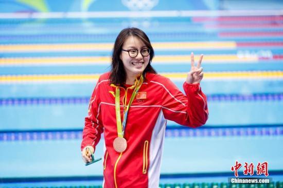 """当地时间8月8日,在2016里约奥运女子100米仰泳决赛上,中国选手傅园慧以58秒76夺得铜牌。赛后,傅园慧听闻自己58秒76的成绩,惊讶大呼:""""哇!太快了!我打破了亚洲纪录啊!""""""""昨日该项目预赛比赛时,她笑称用了""""洪荒之力""""。再问此刻感觉,傅园慧幽默地说:""""我昨天把洪荒之力都用完了,(所以)今天没有力气了。(触池壁时)只能说我手太短了吧。""""记者 杜洋 摄"""
