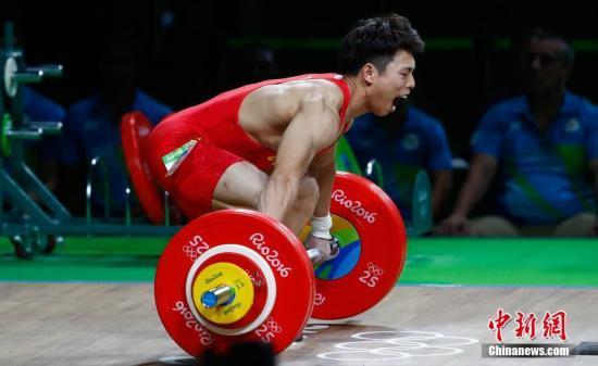 本地时刻8月8日,2016里约奥运会女子举重62KG级,国家选手谌利军身材出近况况,两次试举失利,领前宣告放弃。中新网记者 富田 摄