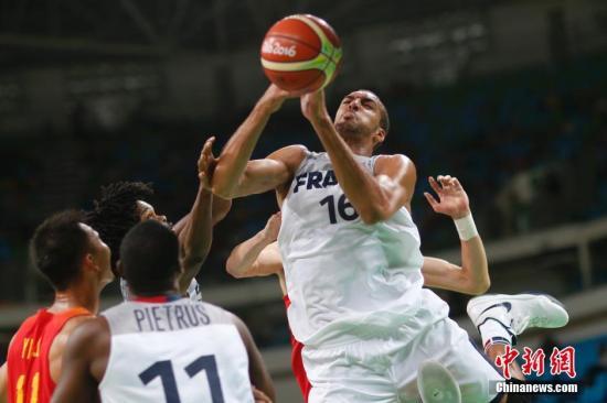 材料图:里约奥运会男篮竞赛,法国队员GOBERT Rudy(右)在竞赛中争抢。 中新网记者 盛佳鹏 摄