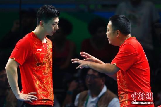 图为教练刘国梁在场边指导。<a target='_blank' href='http://www.chinanews.com/' >中新网</a>记者 富田 摄