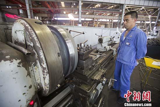 资料图:工人正在调试采煤机。(资料图片)记者 张云 摄