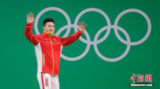 当地时间8月9日,2016里约奥运会男子举重69公斤级决赛,中国选手石智勇表现出色获得冠军。图为石智勇在抓举比赛中。<a target='_blank' href='http://www.chinanews.com/' >中新网</a>记者 盛佳鹏 摄