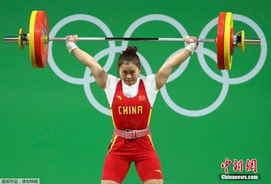 邓薇抓举成果平了奥运会记录,冲破了她本人坚持的挺举和总成果国际纪录。