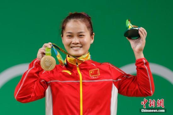 当地时间8月9日,里约奥运会女子举重63公斤级A组比赛,中国选手邓薇在女子63公斤级举重比赛中,以抓举115公斤,挺举147公斤,总成绩262公斤,获得冠军。邓薇抓举成绩平了奥运会纪录,打破了挺举和总成绩世界纪录。<a target='_blank' href='http://www.chinanews.com/' >中新网</a>记者 盛佳鹏 摄