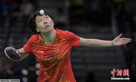 当地时间8月10日,里约奥运乒乓球女子单打1/4决赛,李晓霞4-0轻松战胜日本选手福原爱,进入女单决赛。图为李晓霞在比赛中。