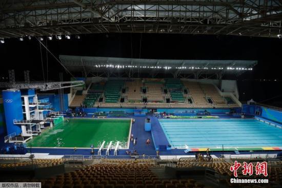 左侧的绿色水池与右侧的蓝色水球泳池形成了鲜明对比。里约官方称,水质监测无害。