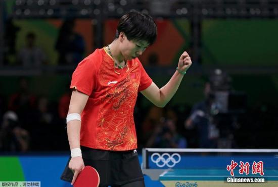 李晓霞庆贺成功。在半决赛中,李晓霞将对阵日本选手福原爱。