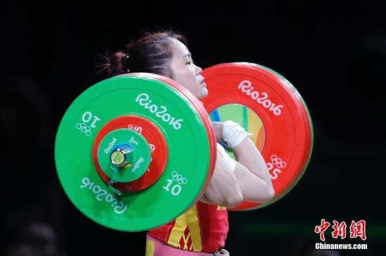 当地时间8月9日,里约奥运会女子举重63公斤级A组比赛,中国选手邓薇在女子63公斤级举重比赛中,以抓举115公斤,挺举147公斤,总成绩262公斤,获得冠军。邓薇抓举成绩平了奥运会纪录,打破了挺举和总成绩世界纪录。记者 盛佳鹏 摄
