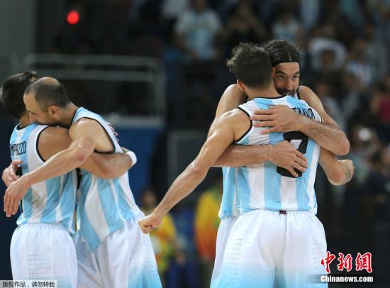 2002年世锦赛,吉诺比利领衔的阿根廷队在美国男篮主场击败了对手。(资料图图:图为当第时间2016年8月9日,里约奥运会男篮赛场,阿根廷对阵克罗地亚,在赢球后,阿根廷队员拥抱)